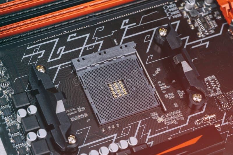 Installation av den moderna processorn i CPU-hålighet på moderkortet arkivbild