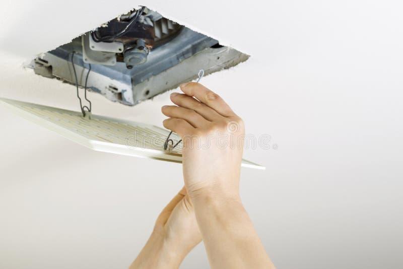 Installation av den rena räkningen för badrumfanlufthål arkivbilder
