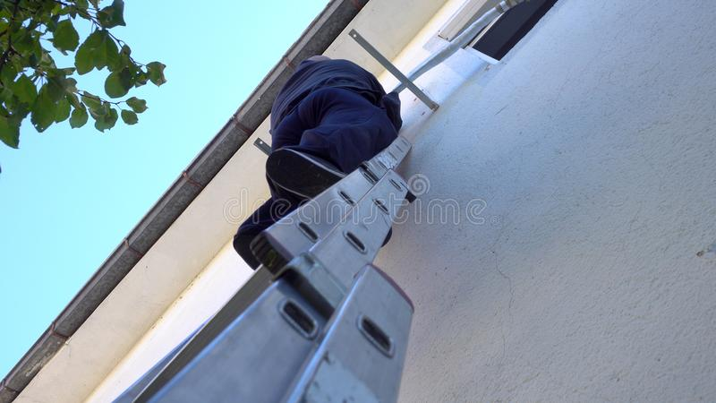 installation av den utomhus- luftkonditioneringsapparatenheten royaltyfri fotografi