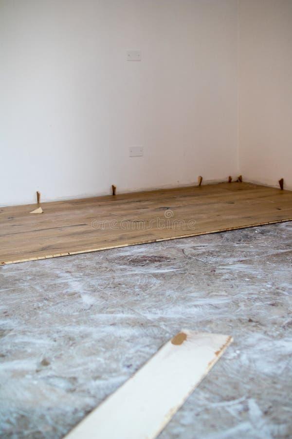 Installation av ekparketten på att existera före marmorgolvet _ royaltyfri fotografi