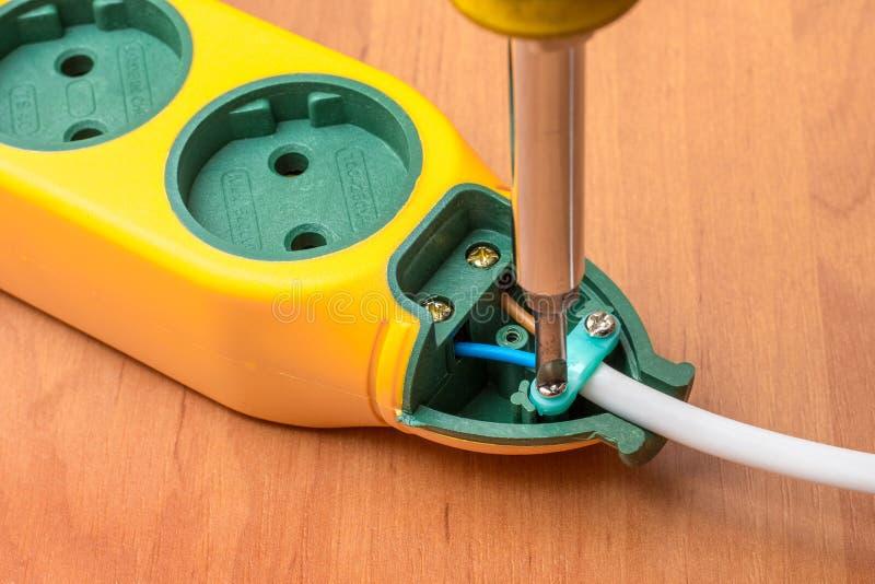 Installation av ett nytt uttag med en skruvmejsel, elektriskt arbete royaltyfria foton