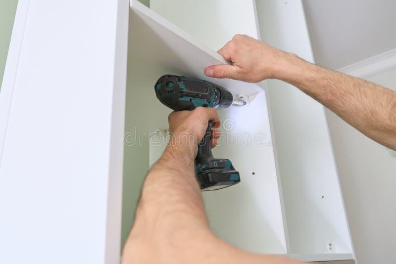 Installation av m?blemang Closeupen av arbetare räcker med yrkesmässiga hjälpmedel och möblemangdetaljer arkivfoto