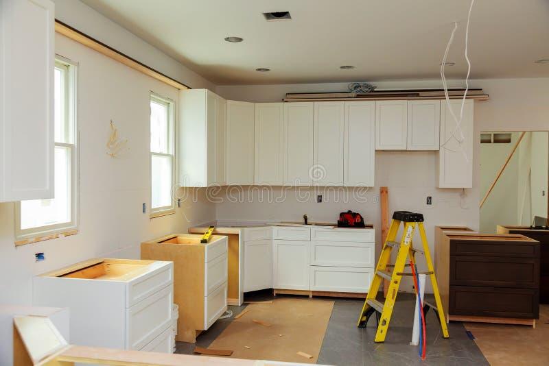 Installation av modernt kök för ny induktionshob royaltyfria bilder