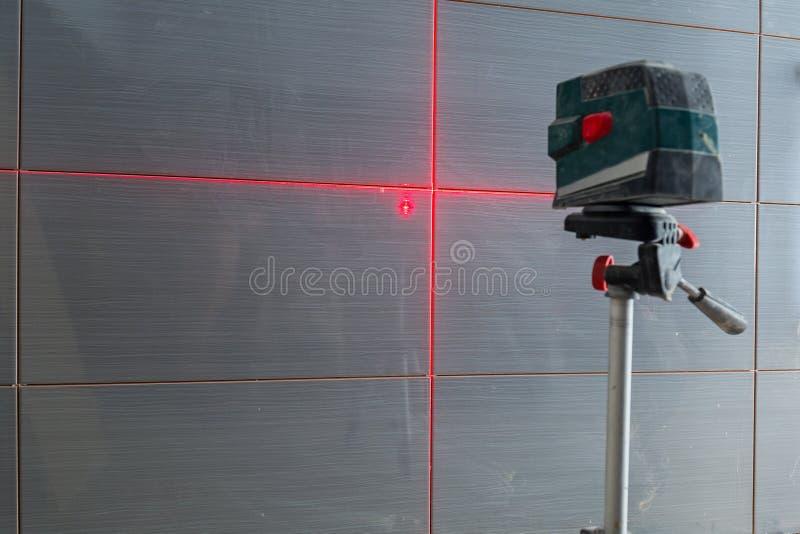 Installation av nya tegelplattor på väggen fotografering för bildbyråer