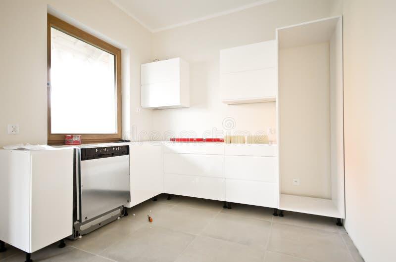 Installation av nytt vitt kök royaltyfria bilder