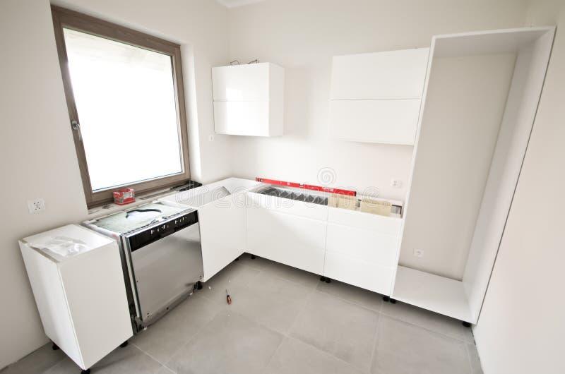 Installation av nytt vitt kök royaltyfria foton