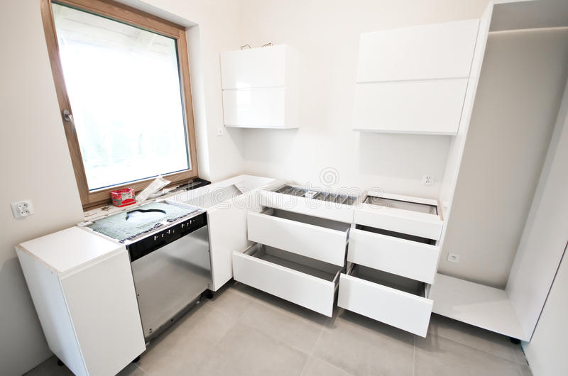 Installation av nytt vitt kök arkivbilder