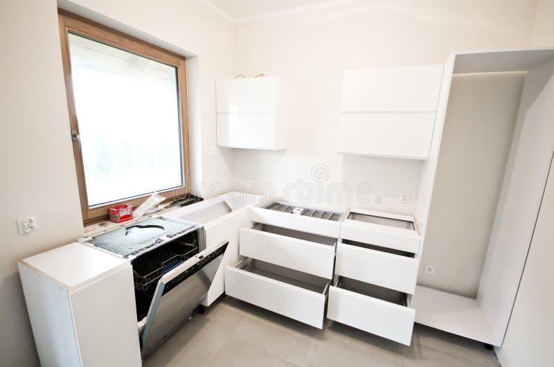 Installation av nytt vitt kök arkivfoton