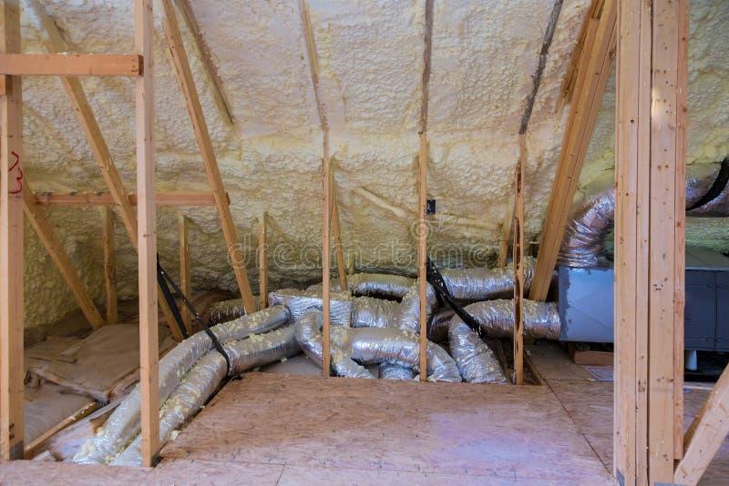 Installation av rör för uppvärmningsystemet, ventiler stänger sig upp på taket av husuppvärmningsystemet royaltyfri fotografi
