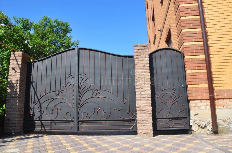 Installation av stenen och staketet med dörren och porten för bil SäkerhetsCCTV-kameran monteras på en tegelstenhusvägg royaltyfri bild