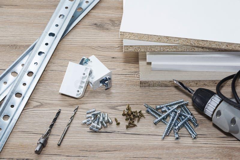 Installation av träflismaterialmöblemang i ett snickeriseminarium Tillbehör och hjälpmedel för snickare fotografering för bildbyråer