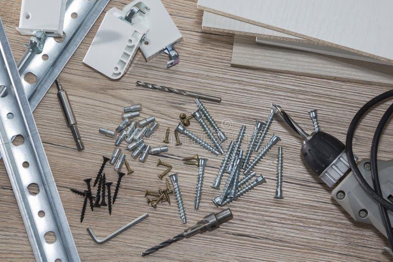 Installation av träflismaterialmöblemang i ett snickeriseminarium Tillbehör och hjälpmedel för snickare royaltyfria bilder