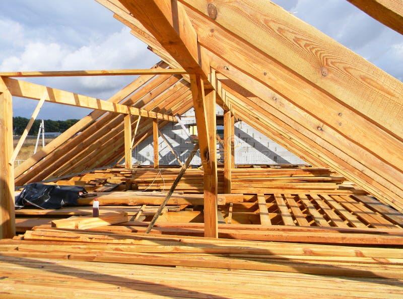 Installation av trästrålar, journaler, timmer, taksparrar, bråckband för husloftkonstruktion Taklägga konstruktion royaltyfri foto
