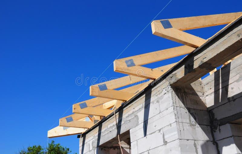 Installation av trästrålar på konstruktion takbråckbandsystemet royaltyfria foton
