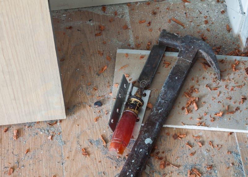 Installation avec le maillet et le burin à la porte en bois image stock
