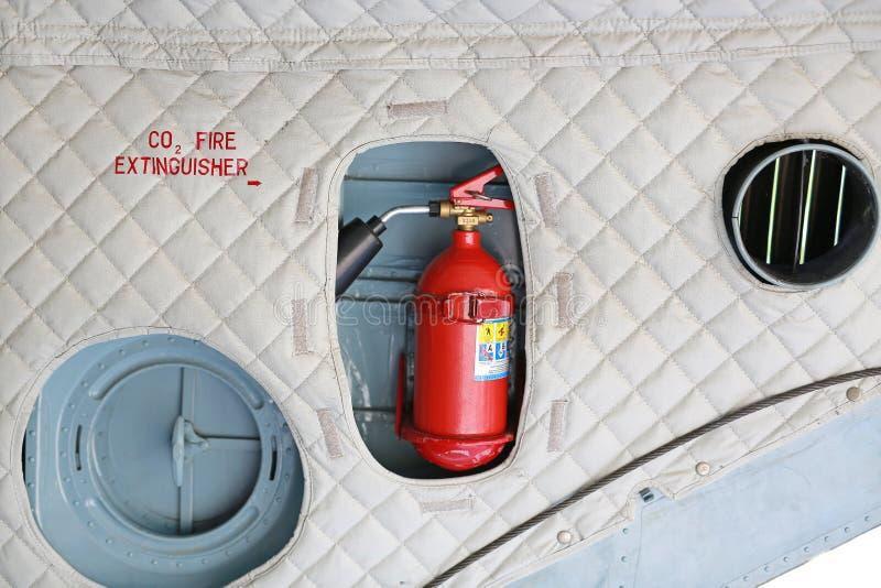 Installation d'extincteur dans l'avion militaire photos libres de droits