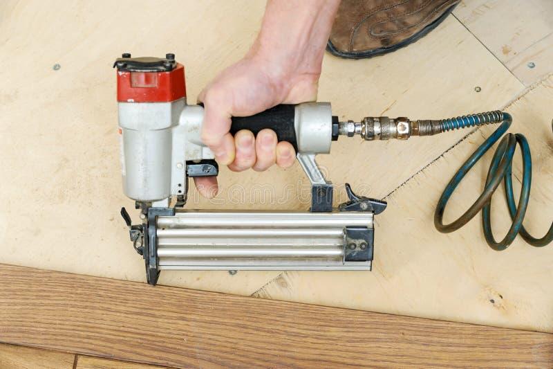 Installation d'un plancher en bois images libres de droits