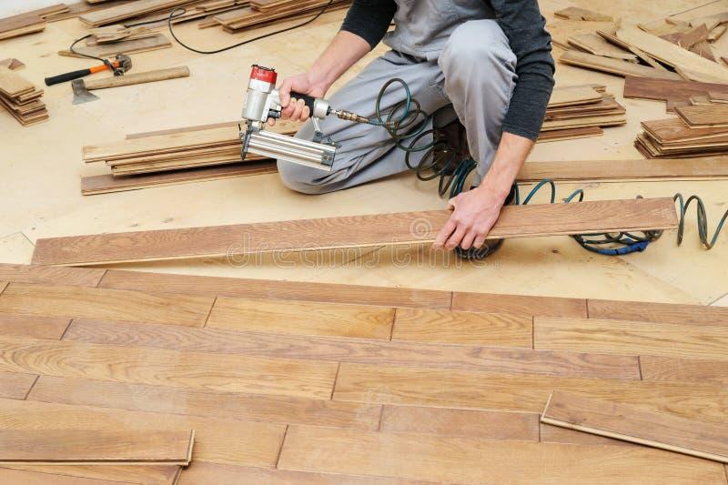 Installation d'un plancher en bois photographie stock