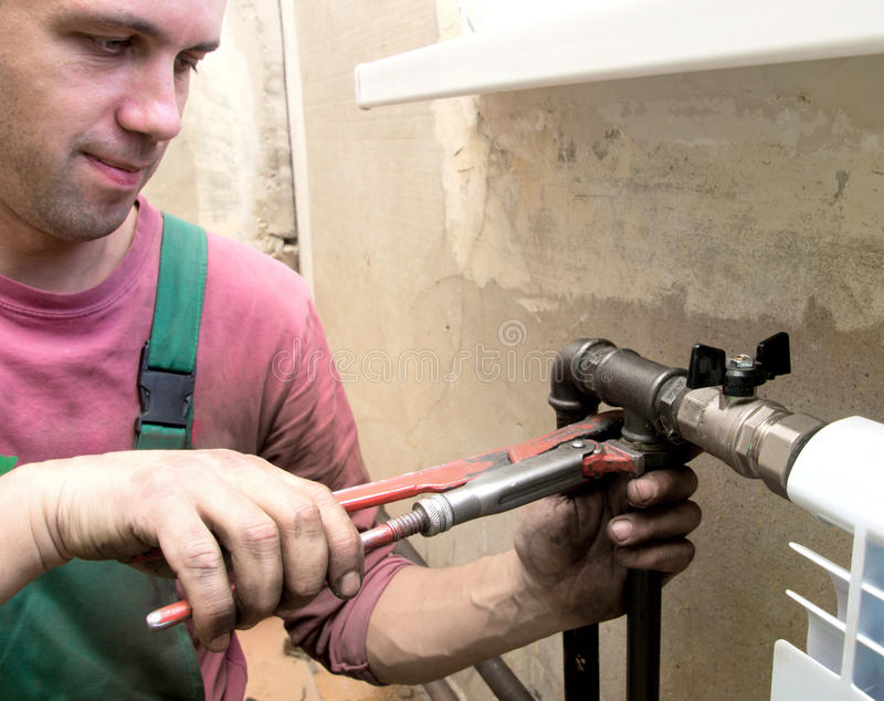 Installation d'un radiateur photos stock