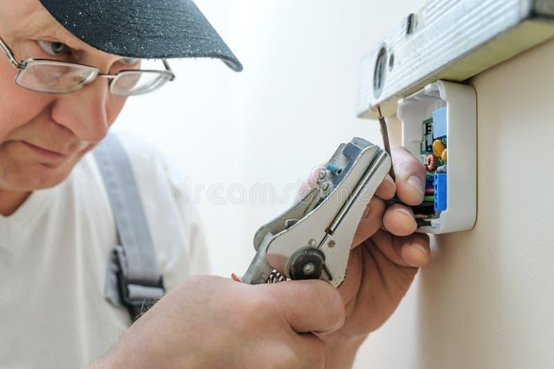 Installation d'un thermostat programmable de pièce image libre de droits