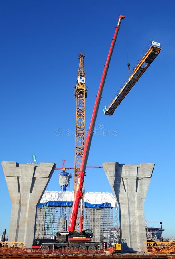 Installation d'une grue à tour dans le chantier de construction photographie stock libre de droits