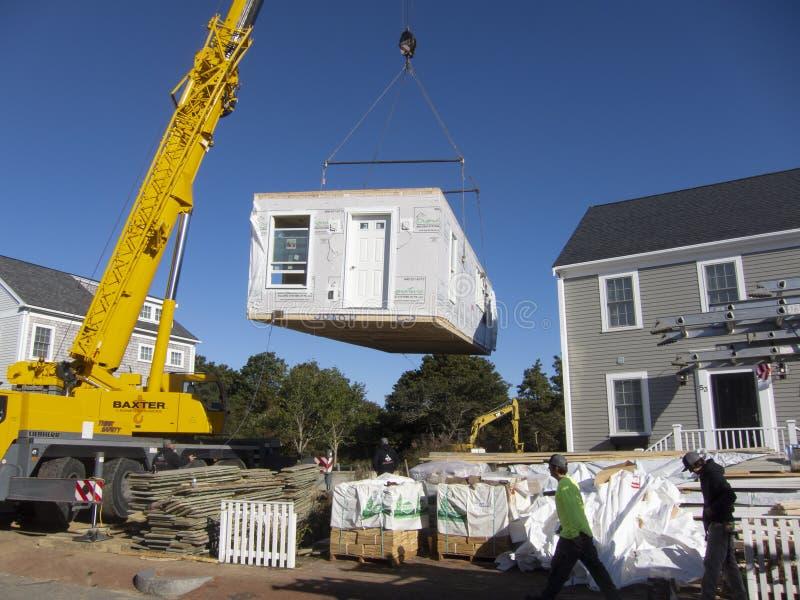 Installation d'une maison modulaire photo libre de droits