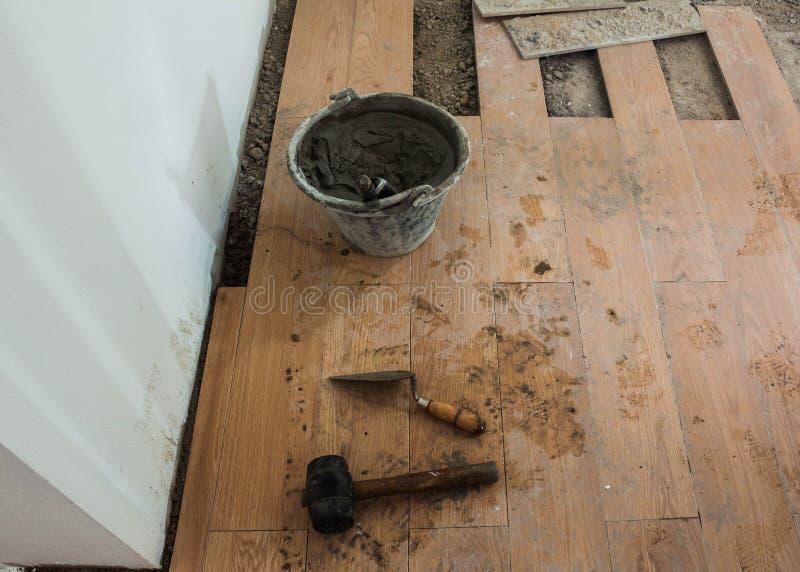 Installation de chantier de construction de plancher en bois dur photographie stock libre de droits