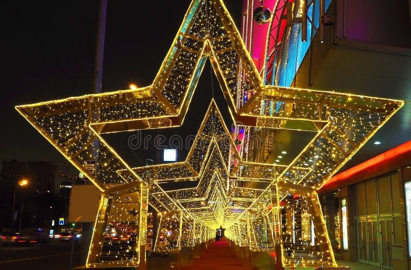 Installation de décoration du ` s de nouvelle année d'une rue sous forme de tunnel des étoiles à Moscou images libres de droits