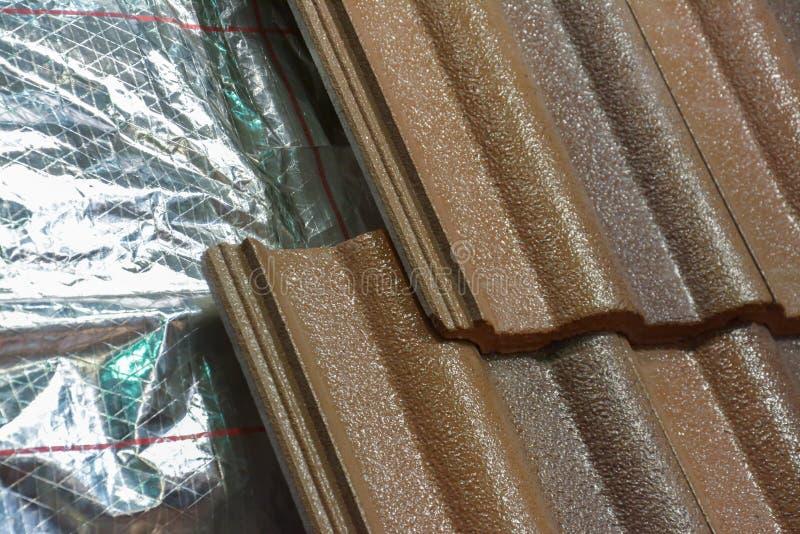 Installation de l'isolation de toit image stock