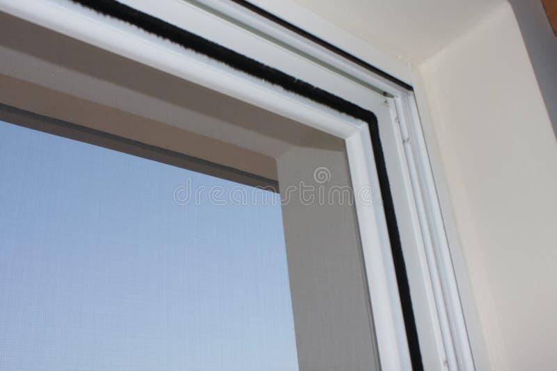 Installation de la fenêtre de PVC dans la maison photographie stock libre de droits