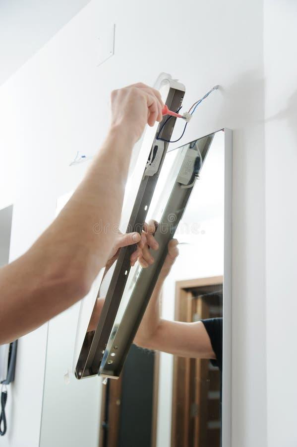 Installation de la lampe au-dessus du miroir image stock