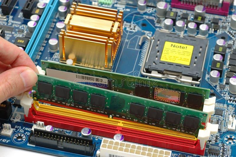 Installation de la mémoire vive d'ordinateur photo libre de droits