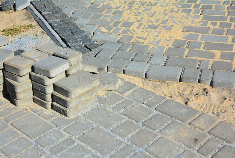 Installation de machine à paver de Pavestone Construction de routes de trottoir image libre de droits