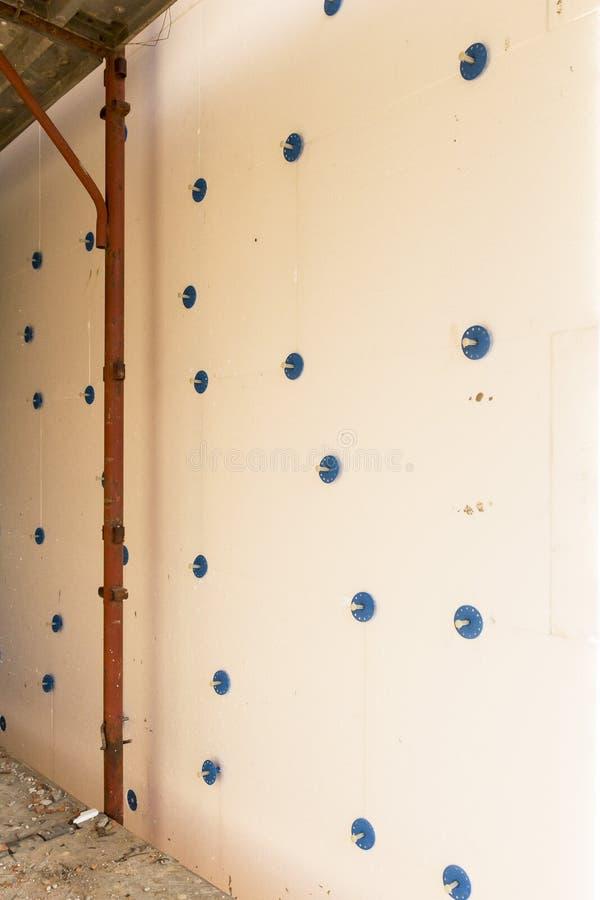 Installation de manteau externe isolant sur une maison résidentielle photographie stock