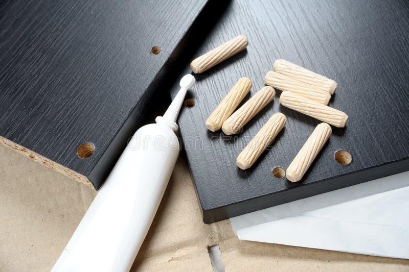 Installation de meubles photo stock