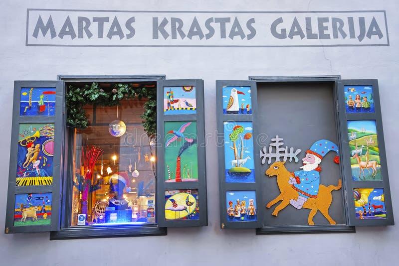 Installation de Noël dans la fenêtre de la galerie dans la vieille ville photo libre de droits