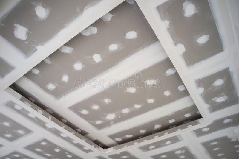 Installation de panneau de gypse de plafond image stock