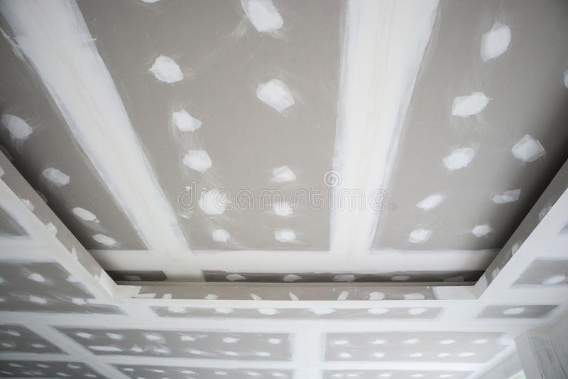 Installation de panneau de gypse de plafond au chantier de construction image stock