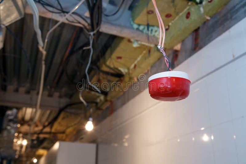 Installation de plan rapproché et réparation de câble électrique, détecteur de fumée, système d'alarme d'incendie avant d'install photos libres de droits