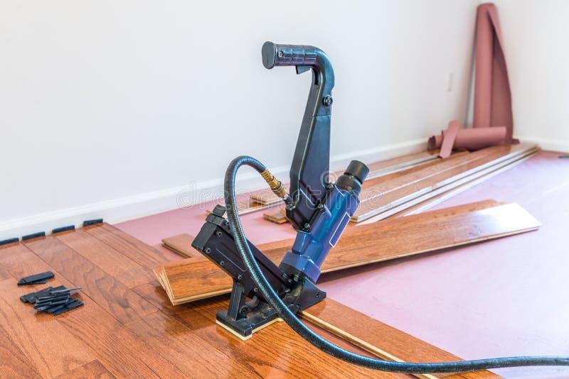 Installation de plancher en bois dur photographie stock libre de droits