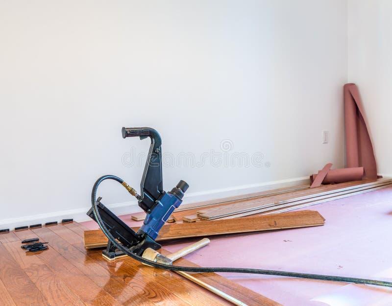 Installation de plancher en bois dur photos libres de droits