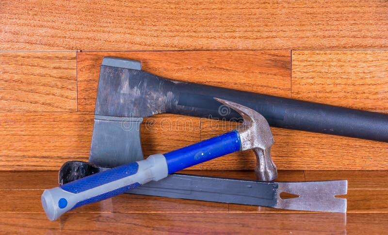 Installation de plancher en bois dur photo libre de droits