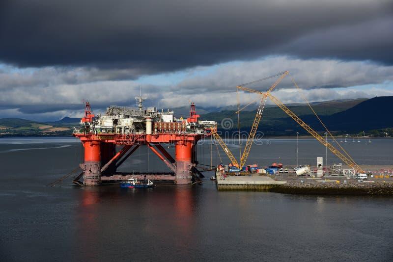 Installation de production de pétrole dans l'entretien photographie stock libre de droits