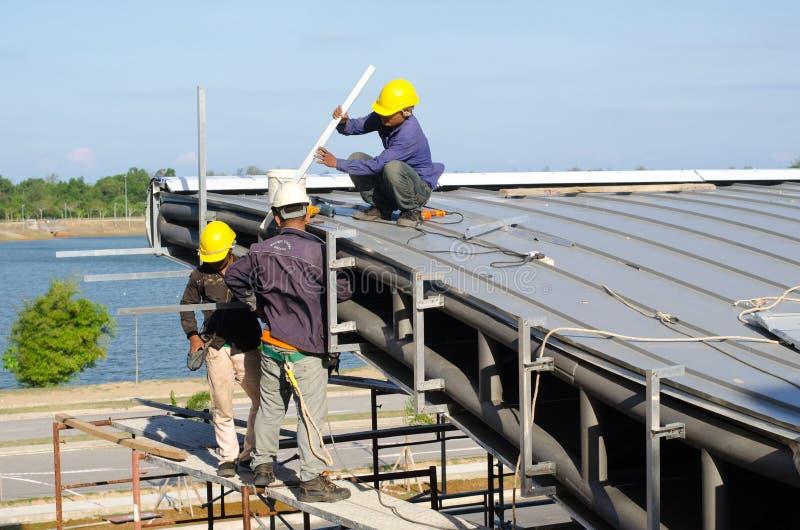 Installation de toit de travailleur de la construction image stock