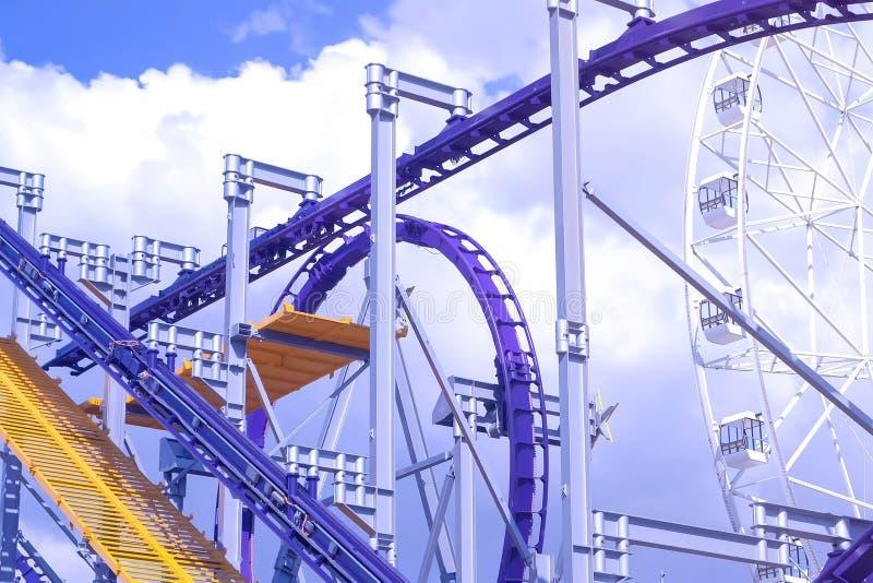 Installation de tour de montagnes russes en parc d'attractions image stock