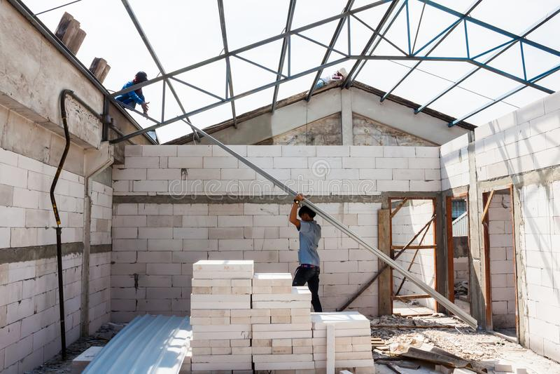 Installation de travailleur avec le toit de feuillard photos libres de droits