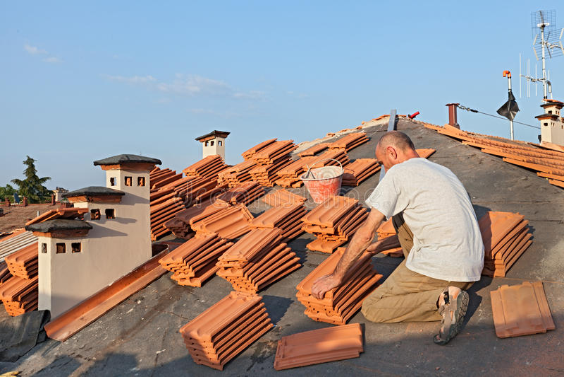 Installation de tuile de toit images libres de droits