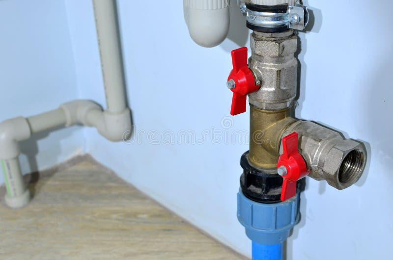 Installation de tuyauterie et de plomberie dans l'industrie domestique de l'ère moderne Raccordement du plancher d'eau chaude du  photo stock