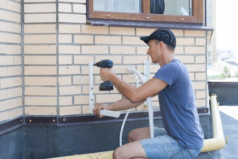 Installation der Einheitsklimaanlage im Freien stockbild