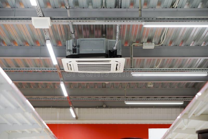 Installation der Klimaanlage auf der Decke stockfotografie